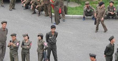 朝鲜工农赤卫队军训一年只许打三发子弹(图)