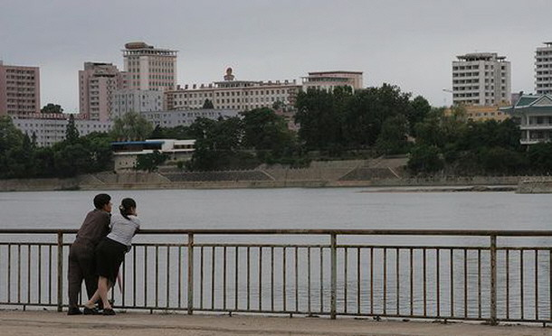 朝鲜街头谈恋爱为何不敢拉拉手搂搂抱抱?(组图)