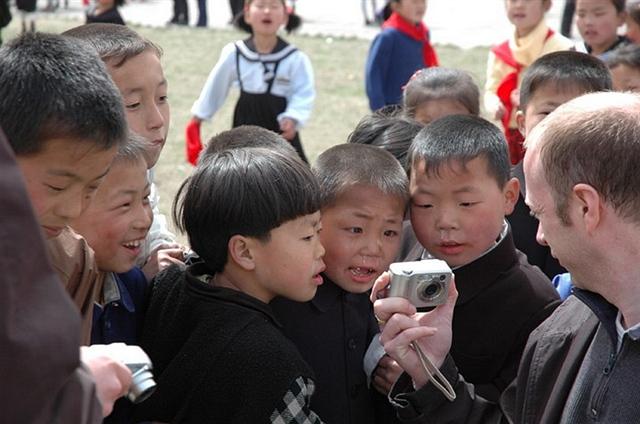 """见了美国""""高科技""""朝鲜儿童为啥直流大鼻涕?(图)"""