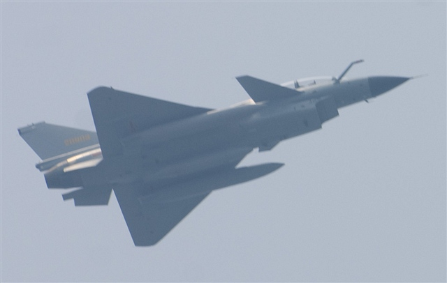 流行的机腹进气、双三角中单翼加三角前翼的近耦合鸭式气动布高清图片