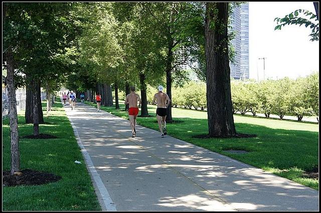帅哥 芝加哥/两个跑步的帅哥吸引了我的目光,可等我举起相机他们已经跑远。...