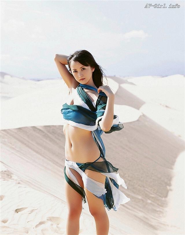 美少女战士小松彩夏性感沙漠大片图集 小强