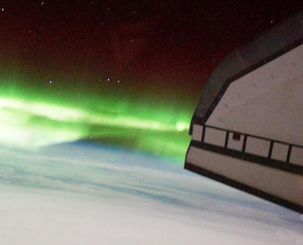 站拍摄到的绿色南极光绵延缠绕在地球南极上空的照片.-亚特兰蒂斯图片